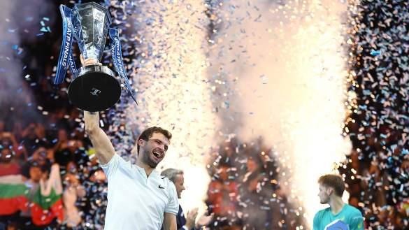 001-dimitrov-nitto-atp-finals-2017-trophy-1.jpg